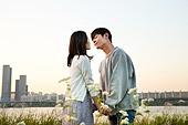 남성, 여성, 커플 (인간관계), 서울 (대한민국), 한강공원 (서울), 데이트, 포옹, 키스, 꽃밭