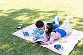 남성, 여성, 커플 (인간관계), 서울 (대한민국), 한강공원 (서울), 데이트, 책, 엎드림 (눕기)