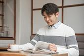 카페, 한국인, 라이프스타일 (주제), 공부, 대학생, 커피 (뜨거운음료), 남성 (성별)
