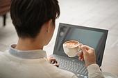 카페, 한국인, 라이프스타일 (주제), 커피 (뜨거운음료), 노트북컴퓨터 (개인용컴퓨터), 카푸치노