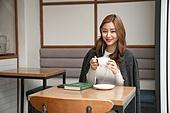 카페, 한국인, 커피 (뜨거운음료), 마시기, 차 (뜨거운음료), 커피숍, 응시 (감각사용)