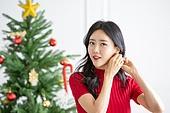 여성, 크리스마스, 미소, 귀걸이 (쥬얼리), 장식하기 (움직이는활동), 기대 (컨셉), 외출, 준비