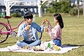 남성, 여성, 커플 (인간관계), 한강공원 (서울), 텐트, 데이트, 식사, 배달음식, 먹기 (입사용), 치맥