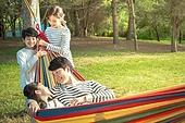 가족, 자식두명과가족 (자식), 캠핑 (아웃도어), 해먹, 미소, 즐거움, 마주보기 (위치묘사)