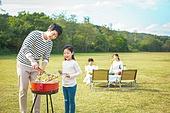 가족, 자식두명과가족 (자식), 캠핑 (아웃도어), 미소, 즐거움, 바비큐 (식사), 그릴구이 (요리)