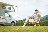 캠핑 (아웃도어), 미소, 혼자여행 (여행), 남성, 음악, 듣기, 이어폰, 듣기 (감각사용)