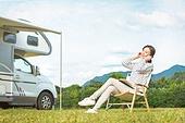여성, 캠핑 (아웃도어), 혼자여행 (여행), 의자 (좌석), 앉기 (몸의 자세), 음악, 듣기 (감각사용)