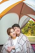 남성, 여성, 캠핑 (아웃도어), 딩크족 (컨셉), 부부, 텐트, 담요, 담요감싸기