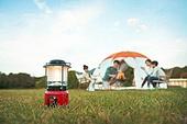 여성, 캠핑 (아웃도어), 엄마, 텐트, 자식두명과가족 (자식), 램프 (전등빛), 조명기구 (장비), 캠프파이어