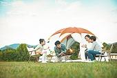 여성, 캠핑 (아웃도어), 미소, 엄마, 텐트, 자식두명과가족 (자식), 즐거움, 장작불, 캠프파이어 (모닥불)