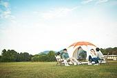 여성, 캠핑 (아웃도어), 미소, 엄마, 텐트, 자식두명과가족 (자식), 즐거움, 장작불, 캠프파이어 (모닥불), 대화