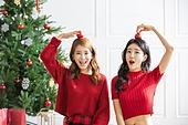 여성, 크리스마스, 친구, 미소, 즐거움, 크리스마스오너먼트 (크리스마스데코레이션), 들어올리기 (물리적활동)