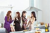 여성, 파티, 연말파티, 드레스, 즐거움, 친구 (컨셉), 마주보기 (위치묘사)