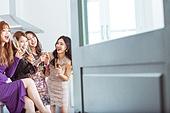 여성, 파티, 연말파티, 드레스, 즐거움, 친구 (컨셉), 문 (건물출입구)