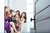 여성, 파티, 연말파티, 드레스, 즐거움, 친구 (컨셉), 문 (건물출입구), 건배