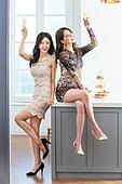 여성, 파티, 연말파티, 드레스, 즐거움, 친구 (컨셉), 앉기 (몸의 자세), 테이블