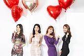 여성, 파티, 연말파티, 드레스, 즐거움, 친구 (컨셉), 하트 (컨셉심볼), 헬륨풍선, 잡기 (물리적활동)