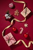 백그라운드, 오브젝트 (묘사), 탑앵글, 크리스마스, 크리스마스오너먼트 (크리스마스데코레이션), 스튜디오촬영 (실내), 실내, 빨강, 머그잔, 솔방울, 잎 (식물부분), 쿠키, 생강쿠키 (쿠키), 선물 (인조물건), 선물상자, 크리스마스선물, 겨울