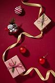 백그라운드, 오브젝트 (묘사), 탑앵글, 크리스마스, 크리스마스오너먼트 (크리스마스데코레이션), 스튜디오촬영 (실내), 실내, 빨강, 머그잔, 솔방울, 잎 (식물부분), 선물 (인조물건), 선물상자, 리본 (봉제도구), 크리스마스선물, 겨울