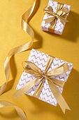 백그라운드, 오브젝트 (묘사), 탑앵글, 크리스마스, 크리스마스오너먼트 (크리스마스데코레이션), 스튜디오촬영 (실내), 실내, 금 (금속), 금색, 리본 (봉제도구), 선물상자, 크리스마스선물, 선물 (인조물건)