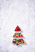 백그라운드, 오브젝트 (묘사), 탑앵글, 크리스마스, 크리스마스오너먼트 (크리스마스데코레이션), 스튜디오촬영 (실내), 실내, 눈 (얼어있는물), 눈가루, 겨울, 계절, 하드캔디 (사탕), 사탕 (달콤한음식), 디저트, 달콤한음식 (음식), 크리스마스트리, 접시