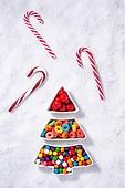 백그라운드, 오브젝트 (묘사), 탑앵글, 크리스마스, 크리스마스오너먼트 (크리스마스데코레이션), 스튜디오촬영 (실내), 실내, 눈 (얼어있는물), 눈가루, 겨울, 계절, 하드캔디 (사탕), 사탕 (달콤한음식), 디저트, 달콤한음식 (음식), 크리스마스트리, 접시, 막대사탕