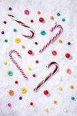 백그라운드, 오브젝트 (묘사), 탑앵글, 크리스마스, 크리스마스오너먼트 (크리스마스데코레이션), 스튜디오촬영 (실내), 실내, 눈 (얼어있는물), 눈가루, 겨울, 계절, 하드캔디 (사탕), 사탕 (달콤한음식), 디저트, 달콤한음식 (음식), 막대사탕, 젤리 (디저트)