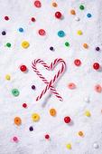 백그라운드, 오브젝트 (묘사), 탑앵글, 크리스마스, 크리스마스오너먼트 (크리스마스데코레이션), 스튜디오촬영 (실내), 실내, 눈 (얼어있는물), 눈가루, 겨울, 계절, 하드캔디 (사탕), 사탕 (달콤한음식), 디저트, 달콤한음식 (음식), 막대사탕, 하트, 젤리 (디저트)