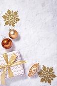백그라운드, 오브젝트 (묘사), 탑앵글, 크리스마스, 크리스마스오너먼트 (크리스마스데코레이션), 스튜디오촬영 (실내), 실내, 눈 (얼어있는물), 눈가루, 겨울, 계절, 금색, 금 (금속), 선물 (인조물건), 선물상자 (상자), 크리스마스선물, 지팡이, 쿠키