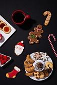 백그라운드, 겨울, 크리스마스, 크리스마스오너먼트 (크리스마스데코레이션), 쿠키, 디저트, 생강쿠키 (쿠키), 산타클로스, 막대사탕, 지팡이, 커피 (뜨거운음료), 눈송이 (눈), 솔방울, 접시, 크리스마스양말, 빵, 하드캔디 (사탕), 사탕 (달콤한음식), 음식