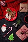 백그라운드, 겨울, 크리스마스, 크리스마스오너먼트 (크리스마스데코레이션), 쿠키, 디저트, 생강쿠키 (쿠키), 산타클로스, 막대사탕, 지팡이, 커피 (뜨거운음료), 눈송이 (눈), 솔방울, 접시, 크리스마스트리, 목도리, 선물 (인조물건), 선물상자, 크리스마스선물