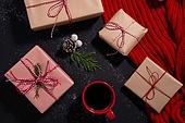 백그라운드, 겨울, 크리스마스, 크리스마스오너먼트 (크리스마스데코레이션), 목도리, 커피 (뜨거운음료), 솔방울, 선물 (인조물건), 선물상자, 크리스마스선물