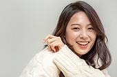 겨울, 여성 (성별), 한국인, 동양인 (인종), 니트 (천), 따뜻한옷 (옷), 스마일리페이스 (얼굴모양), 패션
