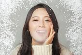 겨울, 여성 (성별), 한국인, 동양인 (인종), 따뜻한옷 (옷), 패션, 입김, 한파, 차가움 (컨셉)
