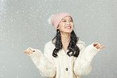 겨울, 여성 (성별), 한국인, 동양인 (인종), 니트 (천), 따뜻한옷 (옷), 패션, 눈 (얼어있는물), 폭설, 차가움 (컨셉)