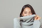 겨울, 여성 (성별), 한국인, 동양인 (인종), 니트 (천), 따뜻한옷 (옷), 스마일리페이스 (얼굴모양), 터틀넥, 옷, 응시 (감각사용)