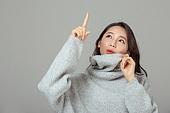 겨울, 여성 (성별), 한국인, 동양인 (인종), 니트 (천), 따뜻한옷 (옷), 터틀넥, 옷, 응시 (감각사용), 포인팅 (손짓), 다이렉팅 (제스처), 호기심 (컨셉)