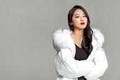 패딩, 롱패딩, 한국인, 동양인 (인종), 따뜻한옷 (옷), 아름다운사람, 한명, 팔짱[혼자] (몸의 자세)