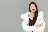 패딩, 롱패딩, 한국인, 동양인 (인종), 따뜻한옷 (옷), 아름다운사람, 한명, 팔짱[혼자] (몸의 자세), 웃음 (얼굴표정), 미소 (얼굴표정)