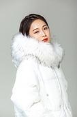 패딩, 롱패딩, 한국인, 동양인 (인종), 따뜻한옷 (옷), 아름다운사람, 한명, 주머니에손넣기 (몸의 자세)
