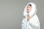 한국인, 동양인 (인종), 패딩, 롱패딩, 재킷 (외투), 따뜻한옷 (옷), 겨울, 외투, 차가움 (컨셉), 미녀 (아름다운사람), 한파, 패션, 눈감음 (정지활동)