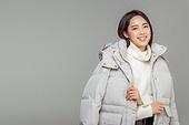한국인, 동양인 (인종), 패딩, 롱패딩, 재킷 (외투), 따뜻한옷 (옷), 겨울, 외투, 미녀 (아름다운사람), 대학생, 패션, 웃음 (얼굴표정)