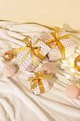 백그라운드, 크리스마스 (국경일), 겨울, 크리스마스오너먼트 (크리스마스데코레이션), 성탄별 (크리스마스데코레이션), 종 (인조물건), 장식품 (인조물건), 전구, 선물 (인조물건), 선물상자, 크리스마스선물