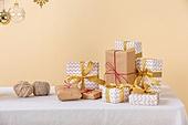 백그라운드, 오브젝트 (묘사), 스튜디오촬영 (실내), 장식품 (인조물건), 크리스마스 (국경일), 크리스마스오너먼트 (크리스마스데코레이션), 겨울, 선물 (인조물건), 선물상자 (상자), 크리스마스선물, 털실 (양모), 테이블