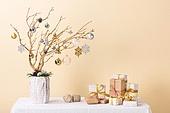 백그라운드, 오브젝트 (묘사), 스튜디오촬영 (실내), 장식품 (인조물건), 크리스마스 (국경일), 크리스마스오너먼트 (크리스마스데코레이션), 겨울, 눈송이, 크리스마스트리 (크리스마스데코레이션), 나무, 가지 (식물부분), 조화 (꽃), 선물 (인조물건), 선물상자 (상자), 크리스마스선물, 털실, 테이블, 솔방울