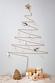 오브젝트 (묘사), 백그라운드, 스튜디오촬영, 실내, 장식품 (인조물건), 크리스마스트리 (크리스마스데코레이션), 크리스마스 (국경일), 겨울, 끈 (인조물건), 눈송이, 크리스마스오너먼트 (크리스마스데코레이션), 별모양 (도형), 선물 (인조물건), 선물상자, 크리스마스선물
