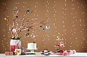 백그라운드, 오브젝트 (묘사), 보케, 음식, 케이크, 파티, 크리스마스 (국경일), 크리스마스오너먼트 (크리스마스데코레이션), 연말파티, 선물상자, 겨울, 조명 (발광), 애프터눈티, 머핀, 사슴 (발굽포유류), 쿠키, 솔방울, 나무, 가지 (식물부분), 조화 (꽃)