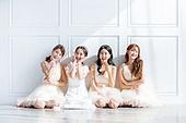 한국인, 여성, 처녀파티 (파티), 파티, 미소, 브라이덜샤워, 앉기 (몸의 자세), 일렬 (배열)