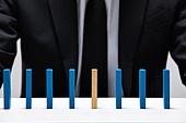 비즈니스, 비즈니스맨 (사업가), 스튜디오촬영 (실내), 실내, 누끼, 한국인, 동양인 (인종), 클로즈업, 사람손 (주요신체부분), 모션, 정장, 성인남자, 20-29세 (청년), 30-39세 (장년), 도미노, 금