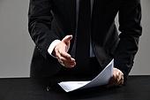비즈니스, 비즈니스맨, 사람손 (주요신체부분), 클로즈업, 정장, 20-29세 (청년), 30-39세 (장년), 한국인, 동양인 (인종), 남성 (성별), 성인남자, 펜 (필기구), 계약 (서류), 서류 (인쇄매체), 종이, 서명 (필적), 악수